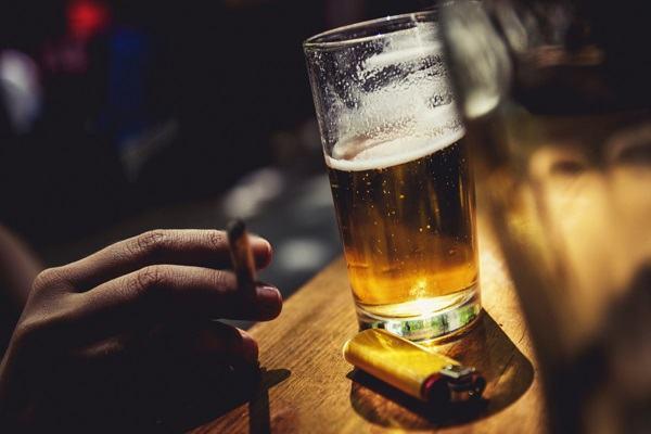 Hút thuốc là và uống nhiều rượu bia
